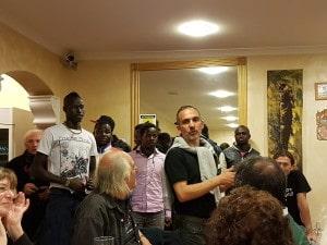 Mister Castaldi con alcuni giocatori dell'Atletico Pop United