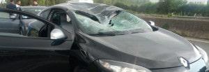 L'auto gravemente danneggiata dalla ruota sulla Pontina