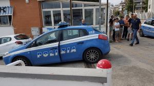 La volante della Polizia con a bordo i due ragazzi arrestati