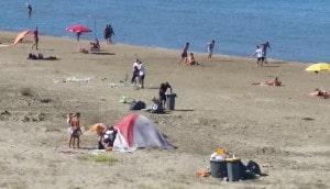 Anzio, gli operai puliscono la spiaggia dopo la notte di ferragosto