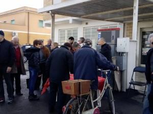 I cittadini in fila per firmare